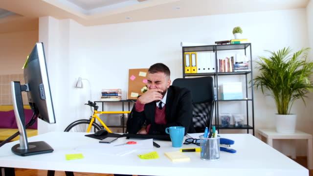 vídeos de stock e filmes b-roll de nevous and tired businessman in office - aviation fatigue