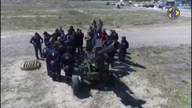 stockvideo's en b-roll-footage met a new 105millimeter lightweight towed howitzer weapon system which will raise largely to the turkish armed forces' logistical and tactical... - geschut