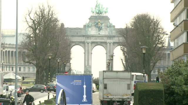 EXT GVs Brandenburg Gate Reporter to camera