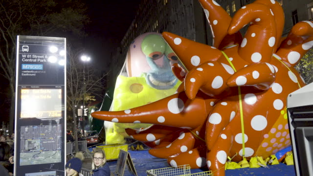 vídeos y material grabado en eventos de stock de new balloon by japanese artist yayoi kusama, called love flies up to the sky. 93rd macy's thanksgiving day parade balloon inflation in new york city... - helio