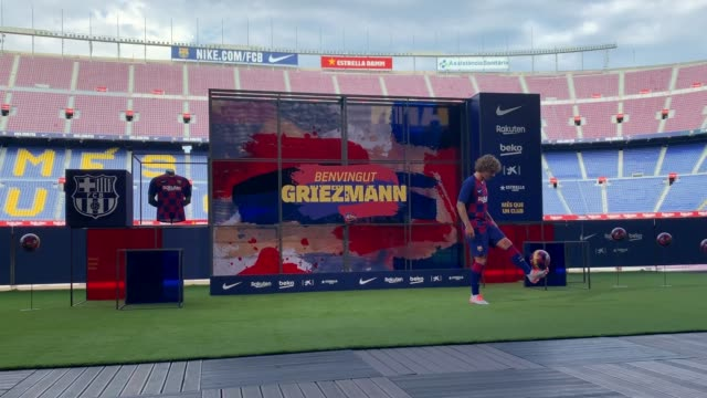 vídeos de stock e filmes b-roll de new barcelona signing antoine griezmann poses for the media as he is unveiled at camp nou stadium on july 14 2019 in barcelona spain - resolução 4k
