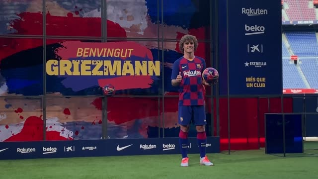 stockvideo's en b-roll-footage met new barcelona signing antoine griezmann poses for the media as he is unveiled at camp nou stadium on july 14, 2019 in barcelona, spain. - barcelona spanje