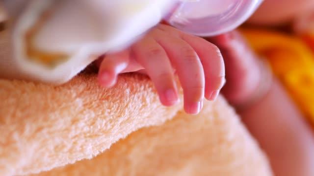 neues geborenes baby - männliches baby stock-videos und b-roll-filmmaterial