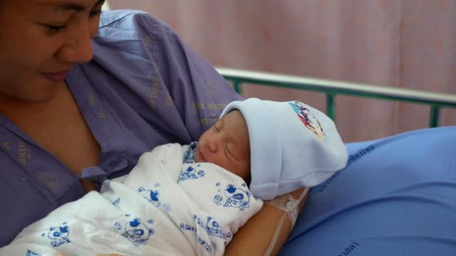 vidéos et rushes de nouveau-né bébé avec sa mère - chambre d'hôpital