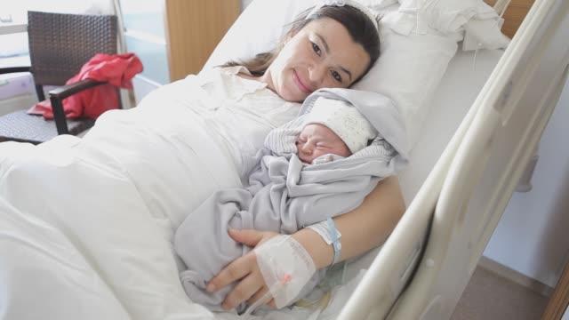 neugeborenen mit seiner mutter - männliches baby stock-videos und b-roll-filmmaterial