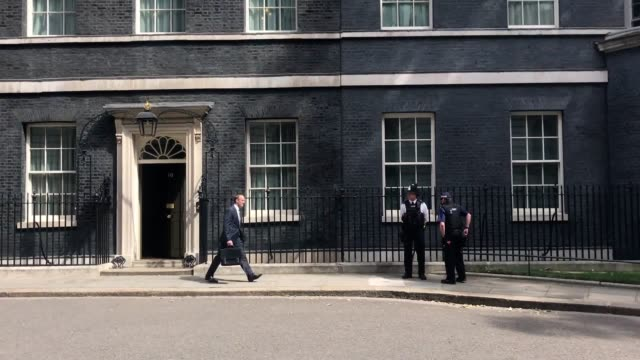 new brexit secretary dominic raab leaves downing street after no 10 confirms his appointment replacing the outgoing david davis - londra e hinterland video stock e b–roll