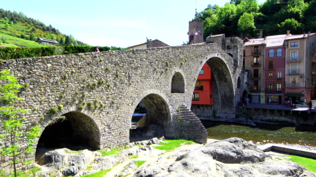 nuovo ponte (camprodon), fiume ter - primavera - puente video stock e b–roll