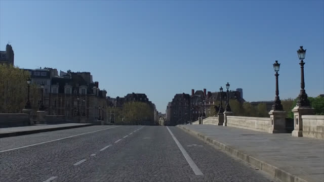 new bridge without traffic and without people during the coronavirus epidemic on april 8 in paris, france. the country is issuing fines for people... - ポンヌフ点の映像素材/bロール