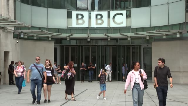 vidéos et rushes de new broadcasting house general views; england: london: bbc broadcasting house: ext external gvs bbc new broadcasting house including bbc logo, staff... - bbc