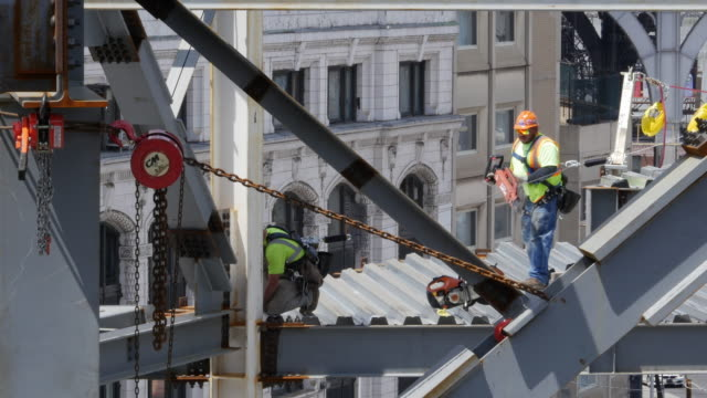 vídeos de stock, filmes e b-roll de new building is under construction in new york city - roldana