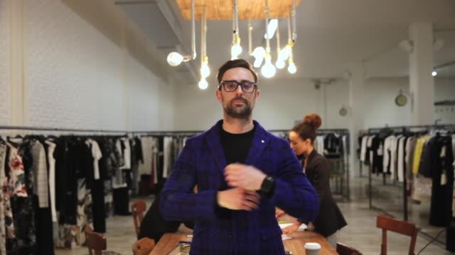 business-inhaber von einem bekleidungsgeschäft - geschäftsinhaber stock-videos und b-roll-filmmaterial