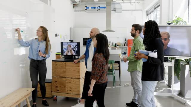neue geschäftsplanungsbesprechung im hybridbüro - isoliert stock-videos und b-roll-filmmaterial