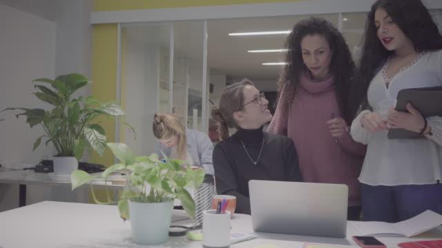 nuova startup aziendale: tutte le donne lavorano insieme nell'ufficio di coworking - nuova impresa video stock e b–roll