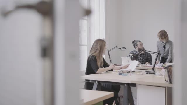 vidéos et rushes de nouvelle équipe de l'entreprise: au travail ensemble dans le bureau de démarrage - agence de design