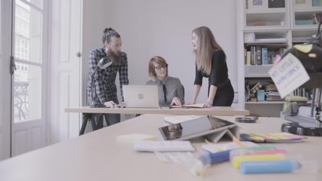 vídeos y material grabado en eventos de stock de nuevo equipo de la empresa: trabajando juntos en la oficina de inicio - estudio de diseño