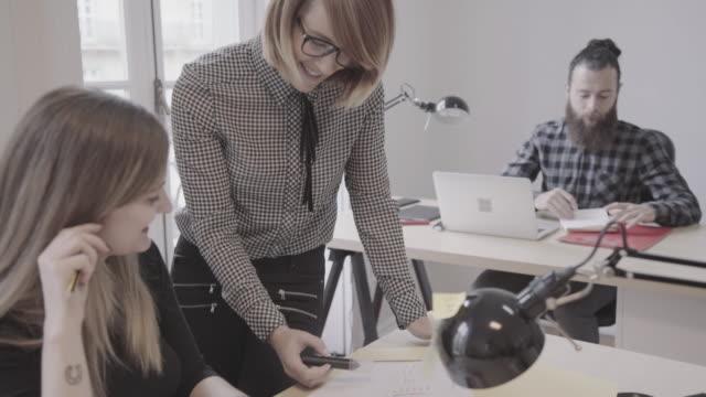vídeos de stock e filmes b-roll de new business team: at work together in the startup office - colega de trabalho