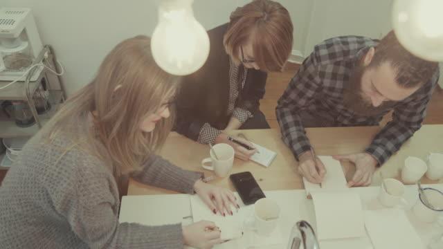 Nuovo business squadra in ufficio all'avvio :  Pausa caffè