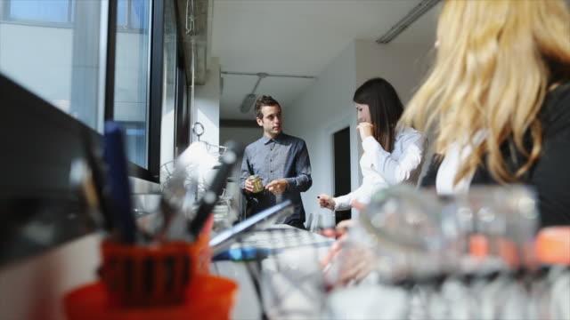 vídeos de stock, filmes e b-roll de equipe de novos negócios: relaxante juntos no escritório inicialização - coworking space