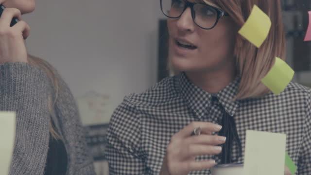 Geschäft Teamarbeit Brainstorming in der startup-Büro