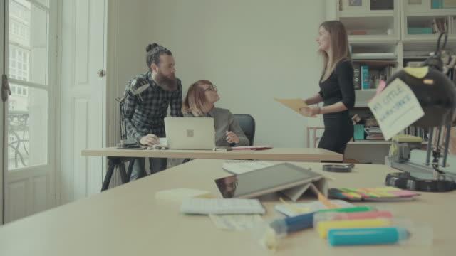Geschäft Teamarbeit :  Frau führt