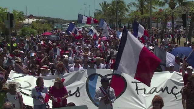 stockvideo's en b-roll-footage met new caledonians take to the streets to reaffirm their french identity as president francois hollande makes his first visit to the south pacific... - franse overzeese gebieden