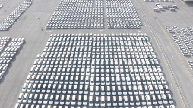 neue auto im hafen für business-auto-import und export-logistik aufgereiht, luftbild. - parken stock-videos und b-roll-filmmaterial