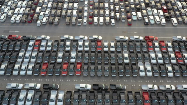 vídeos y material grabado en eventos de stock de nuevo coche alineado en el puerto para la logística de importación y exportación de coches de negocios, vista aérea. - vendedor