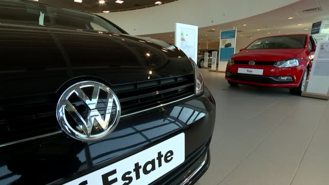 stockvideo's en b-roll-footage met new car sales slump for first time in 6 years; r30091521 / 3.9.2015 location unknown: various of volkswagen cars in showroom - toonzaal