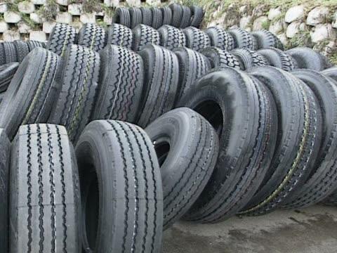 新しい車 tyre - 沢山の物点の映像素材/bロール