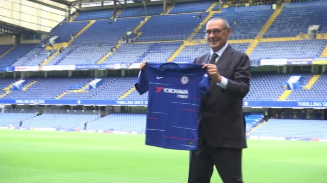 new chelsea manager maurizio sarri arrives at the club england london stamford bridge ext new chelsea manager maurizio sarri posing for photocall... - スタンフォードブリッジ点の映像素材/bロール