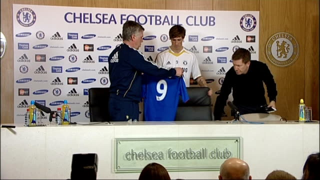new chelsea signing fernando torres press conference; england: surrey: cobham: int **beware flash photography** fernando torres posing with number 9... - number 9 video stock e b–roll