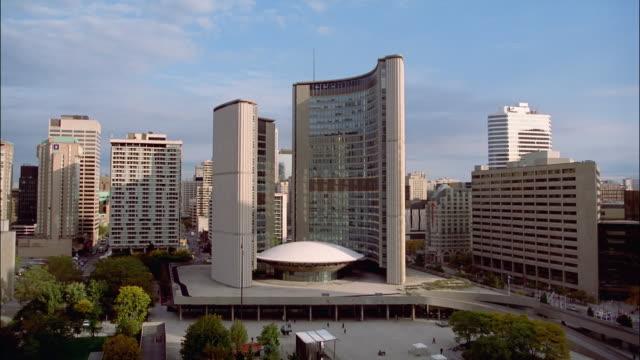 stockvideo's en b-roll-footage met zo, ws, ha, new city hall toronto, ontario, canada - gemeentehuis