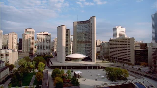 stockvideo's en b-roll-footage met pan, ws, ha, new city hall toronto, ontario, canada - gemeentehuis