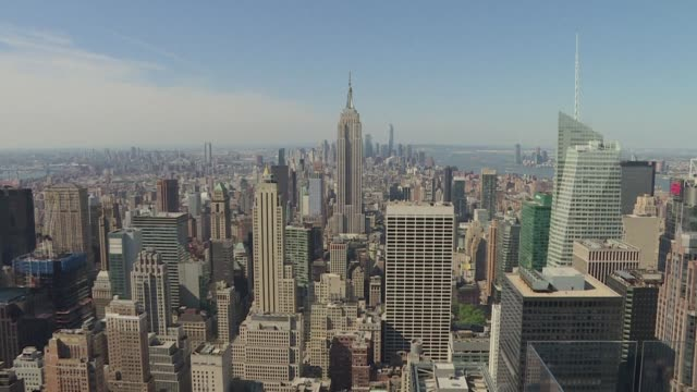 vídeos de stock, filmes e b-roll de new climate change legislation requiring large buildings in new york city to dramatically cut their greenhouse gas emissions comes into effect - legislação