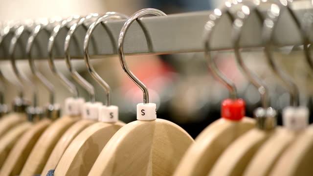 Nieuwe kleren op hangers in winkel