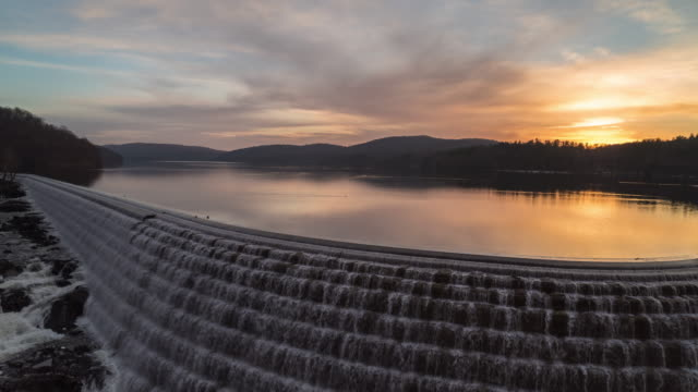 vídeos de stock, filmes e b-roll de new croton dam sunrise time-lapse. croton on the hudson, ny. westchester county. part of the new york city water supply system. - rio hudson