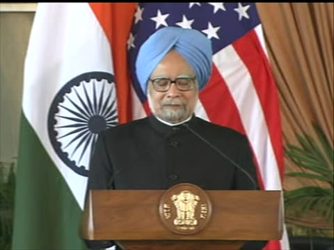 new delhi, india prime minister manmohan singh welcomes president barack obama at joint press conference during obama state visit shot shows the two... - (war or terrorism or election or government or illness or news event or speech or politics or politician or conflict or military or extreme weather or business or economy) and not usa stock videos & royalty-free footage