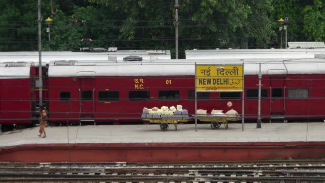 new delhi railways station (code ndls) railway station platform with the sign board in english, hindi and urdu - english language stock videos and b-roll footage