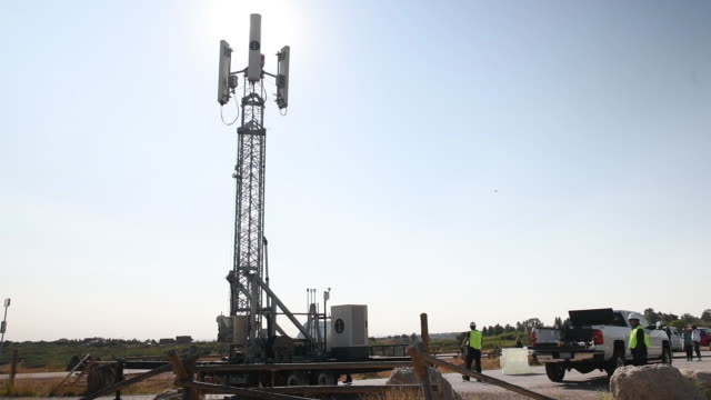 vidéos et rushes de new dish wireless tower being raised to vertical position at daniels park the new equipment is part of a process of building a 5g network in sedalia... - antennes