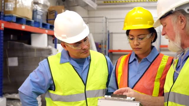 Neue Mitarbeiter im warehouse eine Ausbildung von senior manager