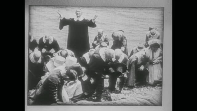 1938 new england pilgrims kneel and pray on the seashore - xvii° secolo video stock e b–roll