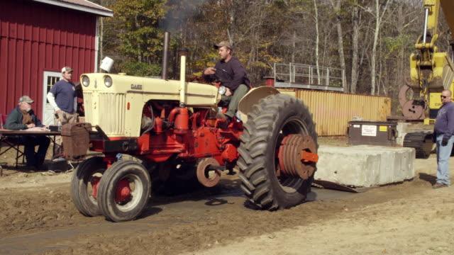 vidéos et rushes de new england tractor pull - tracteur