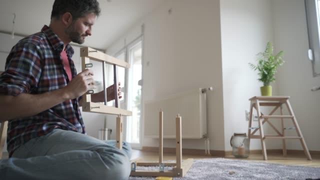 vídeos de stock, filmes e b-roll de novas peças de mobiliário para um novo espaço - imperfeição
