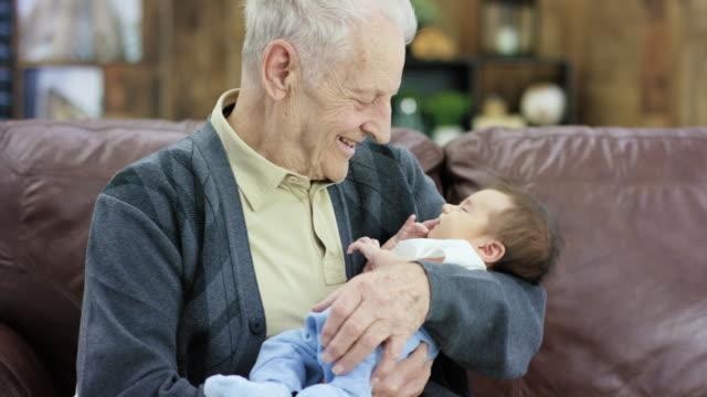 vídeos y material grabado en eventos de stock de nuevo nieto - abuelo