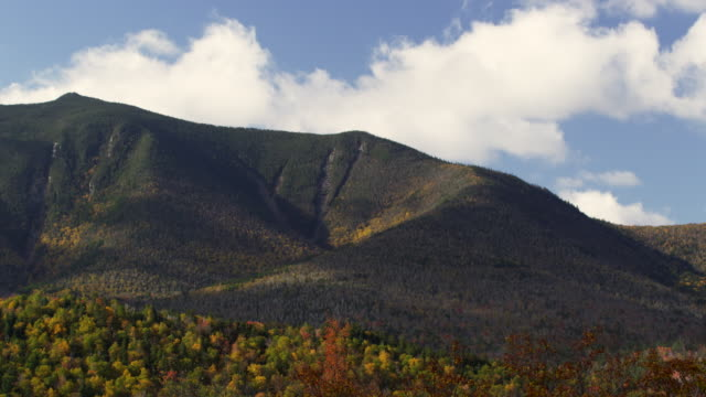 new hampshire mountain with fall foliage and clouds as time lapse - なだらかな起伏のある地形点の映像素材/bロール
