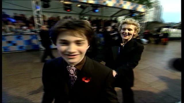 stockvideo's en b-roll-footage met london leicester square ext daniel radcliffe who plays the part of harry potter talking to press before premiere of new film 'harry potter and the... - harry potter en de geheime kamer