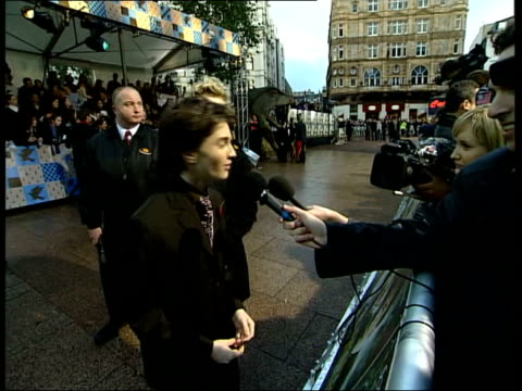 stockvideo's en b-roll-footage met new harry potter film premiers itn london leicester square daniel radcliffe who plays the part of harry potter talking to press before premiere of... - harry potter en de geheime kamer
