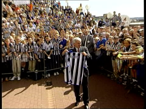 stockvideo's en b-roll-footage met new hearts owner installs his son as chairman; tx 3.9.1999 newcastle: st james's park: robson posing with newcastle shirt on becoming new newcastle... - voorzitter
