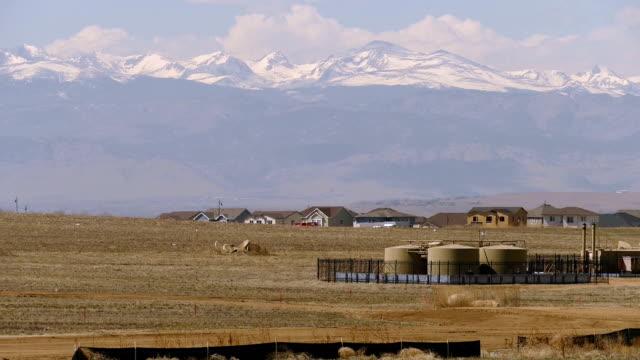 Nieuwbouw huis in de buurt van olie opslagtanks fakkels besneeuwde Rocky Mountains Weld Erie County (Colorado)