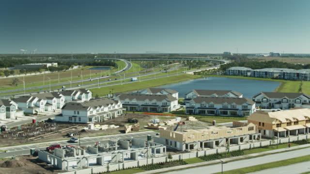 new homes under construction in suburbs of orlando - aerial - mittelschicht stereotypen stock-videos und b-roll-filmmaterial
